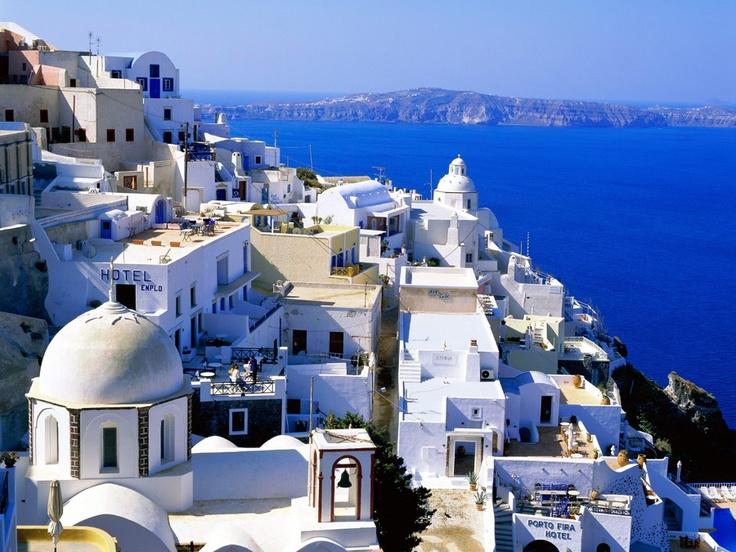 Santorini, Grécia. Um clássico. A ilha consiste em um arquipélago vulcânico de formato circular, localizado no extremo sul do grupo de ilhas gregas das Cíclades, no mar Egeu, e fica a 200 km a sudeste da cidade de Atenas. Paisagem espetacular onde tudo fica mais vivo: o azul do mar, a casas brancas… (Foto: Divulgação)