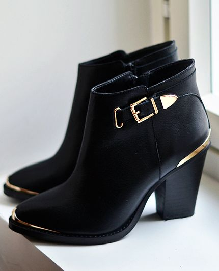 Black and gold leather boots from Steve Madden Can be found at : http://www.dunelondon.com/fr-fr/Bottines-en-cuir-%C3%A0-talon-et-d%C3%A9tails-m%C3%A9talliques/1fxuq/: