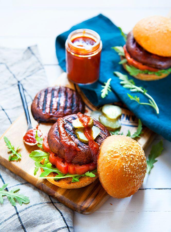 Burgers vegan : champignons portobello, tamari, liquid smoke, huile de sésame, sauce worcester vegan, pains à burgers, laitue, tomates, cornichons