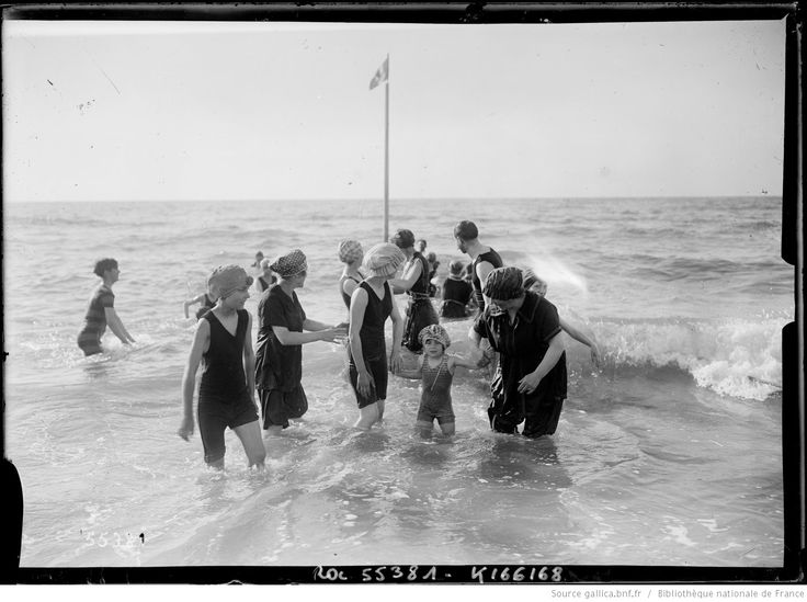 Bain de mer familial, Deauville, 1919 | Agence Rol | National Library of France | Public Domain