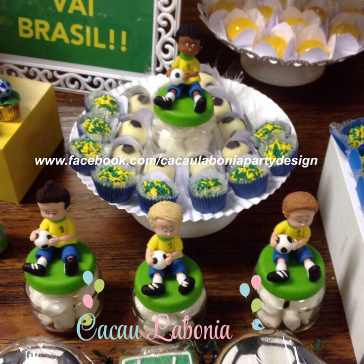 Jogadores de biscuit, doces de leite ninho em forma de bola e quindins!  Festa do Brasil, Brazil Party, Festa da Copa, Cup Party