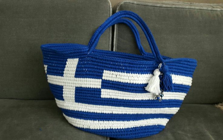 I crochet a bag for the beach...especially for my best friend who lives in Greece. I love the Greek flag in it...