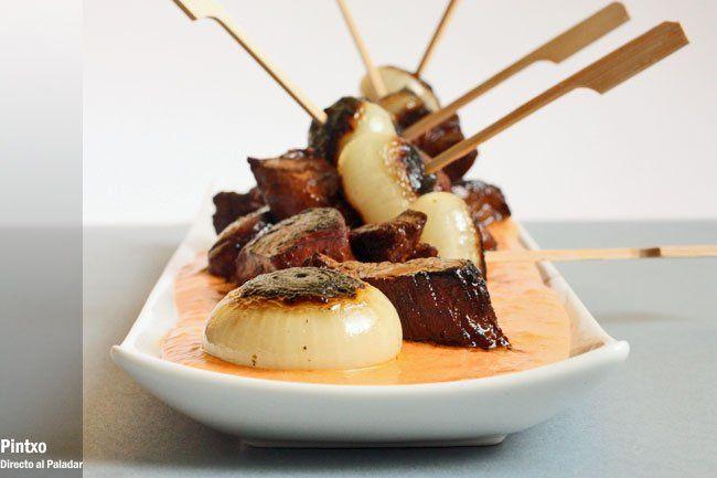 Receta de brochetas de solomillo, cebollas caramelizada y crema de pimiento asado