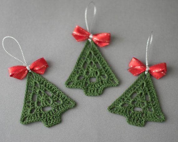 Gehaakte Kerstbal met gehaakte kerstboom, Kerstdecoratie, boom decoratie, set van 3 gehaakte kerstboom ornamenten, handgemaakte decor  Set van 3 gehaakte kerstboom ornamеnts.  Breedte - 2.4 (6 cm) Hoogte-2.7 (7 cm)  Hand haakwerk met hoogwaardige katoen draad in rook-vrij en huisdier-vrije omgeving whit veel aandacht besteed aan details.  Deze set van kerstbomen gesteven is en komen zeer goed ingepakt in een stevige doos.  U vindt hier andere Kerst ornamenten en presenteert voor uw gehouden…