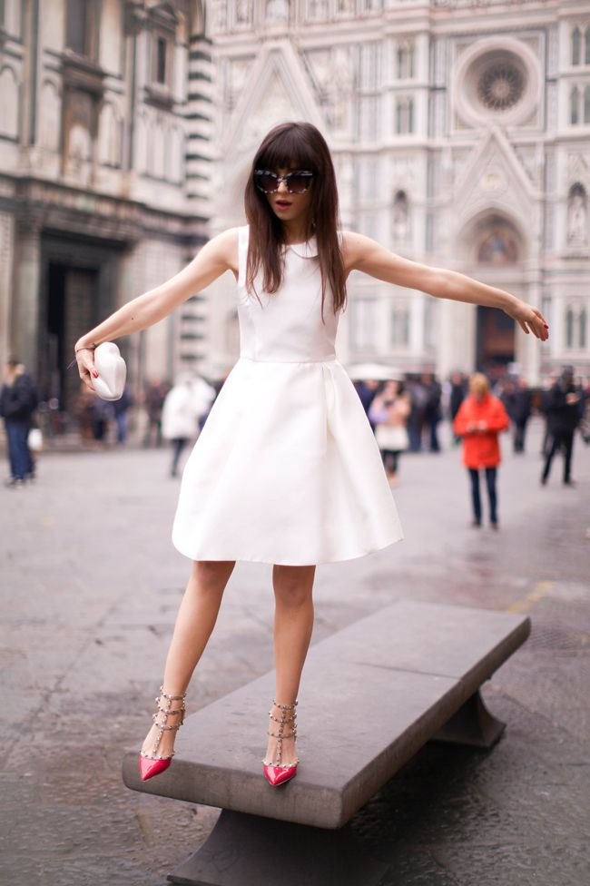 Lunettes : Thierry Lasry / Robe : Rochas / Sandales : Valentino / Pochette : Lulu Guinness  jan: Cocktails Rings, Cute White Dresses, Fashion Dresses, Red Shoes, Clothing, Street Style, Pink Shoes, Valentino Shoes, Little White Dresses