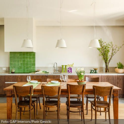 Diese Küche Bekommt Durch Den Klassischen Esstisch Und Die Dazu Passenden  Stühle Aus Holz Einen Besonderen