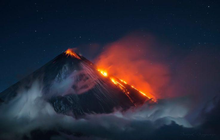 Ключевской. Спасибо всем кто оценил! Поздравляю победителей!   Фотографии просто супер!  #35AWARDS    Я забрался на вулкан повыше, чтобы с его высоты любоваться другим вулканом. Величественный Ключевской извергал потоки раскалённой лавы. Демонстрация могущества природы — огненное представление исполина под небом усеянным звёздами. Смотришь, и какие-то невероятные чувства возникают при этом… Ведь именно так формировалась наша планета. Конечно масштаб не тот, что миллиарды лет назад. Но тем…
