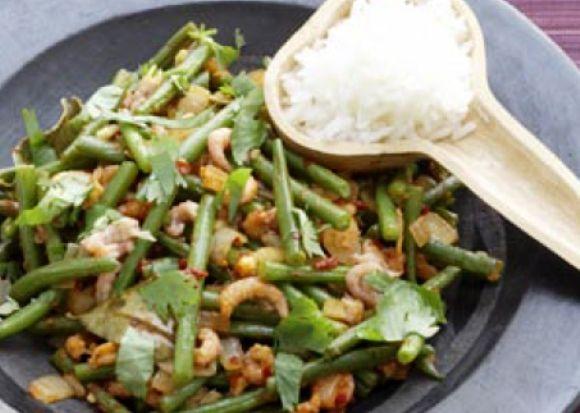 Een makkelijk en vooral heerlijk recept. In het Indisch noemt men dit: Sajor Toemis Katjang Pandjang. Dit is heel snel klaar te maken en gecombineerd met rijst heb je een volwaardige maaltijd. Het gebruik van verse boontjes is aan te raden omdat die lekker...