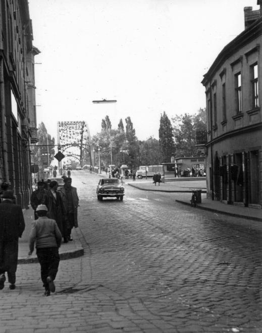 Jedlik Ányos utca, jobbra a Kreszta-ház. Háttérben a Dunakapu tér és a révfalusi Kossuth híd.