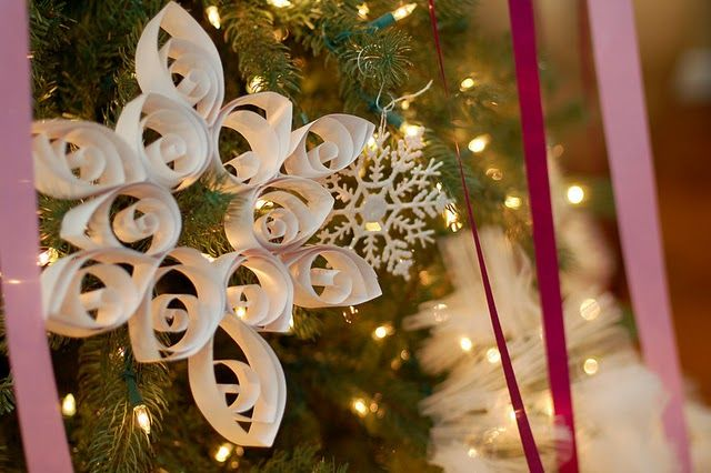 The TomKat Studio: {Tutorial} Giant Quilled Snowflakes