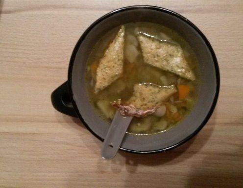 Für die Gemüsesuppe das Suppengrün, Zwiebel und die Topinamburknollen schälen und in der Küchenmaschine klein häckseln (oder per Hand klein