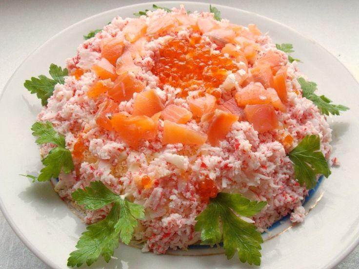Праздничный слоёный салат «Самоцветы» 3 картофелины, отваренных в мундире; 2-3 яйца вкрутую; 100 г твёрдого сыра; 200 г крабовых палочек; 200 г солёной красной рыбы; 2 ст.л. красной икры; Зелень для украшения; Майонез.