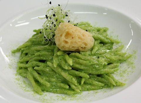 Trofie al pesto di rucola e mascarpone con amaretti di parmigiano
