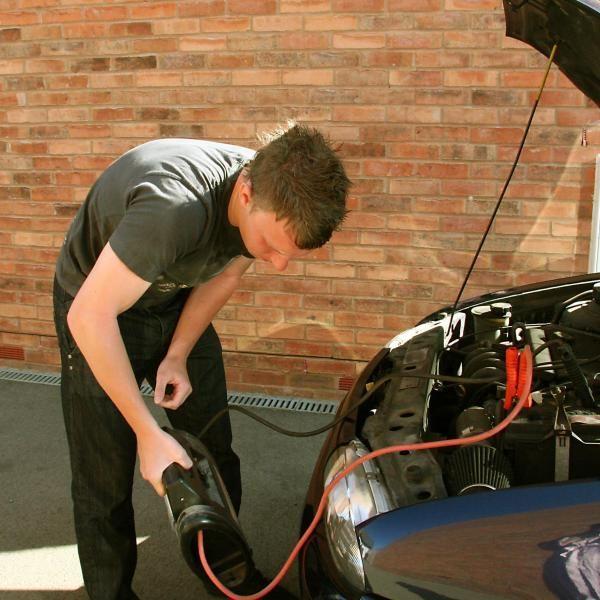 Cómo hacer un puente en la batería del coche con cables