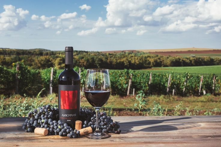 «Ликурия Каберне Совиньон» — это интересное вино в стилистике старого света. Как мы его создаем? Для этого красного вина использовалась частичная (25% от объема) выдержка в дубовой бочке для придания сложности, а также выдержка в бутылке более двух месяцев.