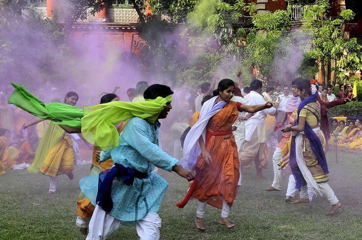 """Estudantes universitários jogam pó colorido durante as comemorações do """"Lathmar Holi"""". Esta celebração anuncia o início da primavera e é comemorado em todo o país. Índia, 16 de março de 2011."""