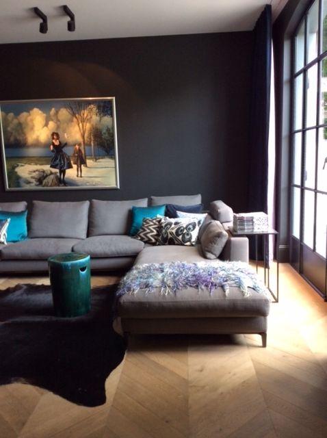 Deze ruimte fungeert als tv kamer en is daarom met name 's avonds in gebruik. De ruimte ademt een Warme sfeer uit door de donkere muren en de accessoires in diepe blauwgroene tinten. Een heerlijke ruimte om te zitten ! Soortgelijke kussens via http://www.bedazzle.nl/woonaccessoires-and-decoration/woonaccessoires-kussens