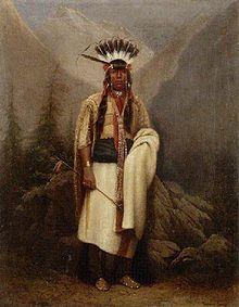 """Die als Blackfoot (in Kanada) oder als Blackfeet (in den USA) (Englisch """"Schwarzfuß/Schwarzfüße"""") bezeichnete indianische Stammesgruppe umfasste die vier kulturell, historisch sowie sprachlich eng verwandten Stämme der Siksika (Siksikáwa oder Blackfoot), Kainai (Káínawa oder Blood) und die Nördlichen Piegan (Apatohsipikani oder Peigan) und Südlichen Piegan (Aamsskáápipikani oder Blackfeet) im Süden der kanadischen Prärieprovinz von Alberta sowie im Norden und Südwesten von Montana, USA."""