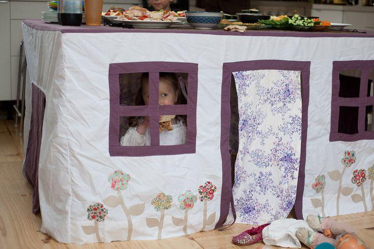 Casa de juguete hecha con un mantel de tela, visto en flickr