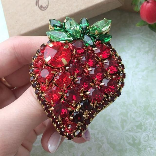 Доброе утро!Обещала всю неделю показывать жуков, а тут ещё ягодка в очереди стояла Для примера!☝☝☝Очень жду клубнику #zuka #брошьклубника #jewelry #zuka #украшениеручнойработы #купитьброшь #брошьвподарок #вышивкаброшь
