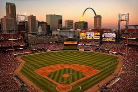 ¡ Busch Stadium es emocionante! El equipo de Béisbol de Cardinals es muy bueno. El partido es divertido para todos los años.