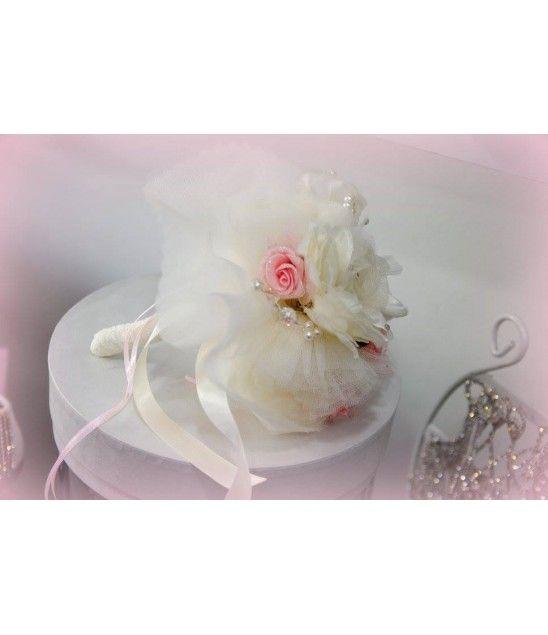 Χειροποίητη νυφική ανθοδέσμη από δαντέλες, φτερά, πέρλες, υφασμάτινα λουλούδια, κρύσταλλα και σατέν κορδέλες.