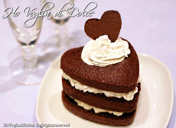 Torta al cioccolato a forma di cuore con aggiunta di una deliziosa crema al latte per un San Valentino speciale ed una cenetta romantica. Facilissima da realizzare