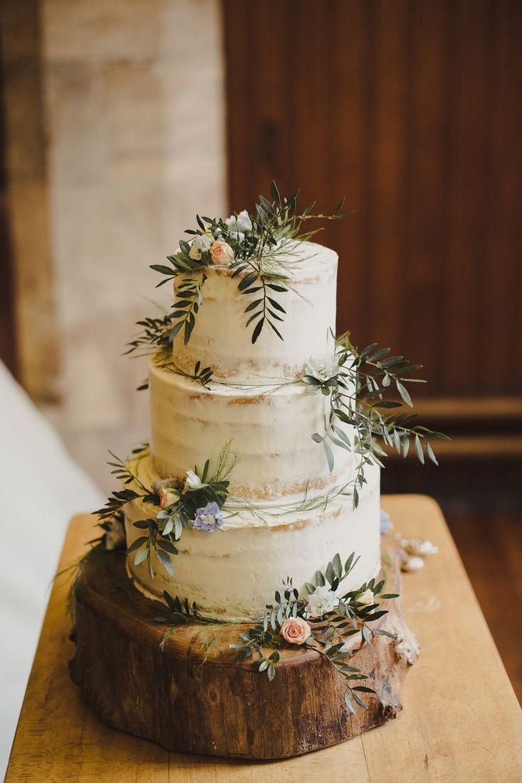 Dreistufige halbnackte Hochzeitstorte, dekoriert mit frischen Rosenknospen und L …  – Kuchen