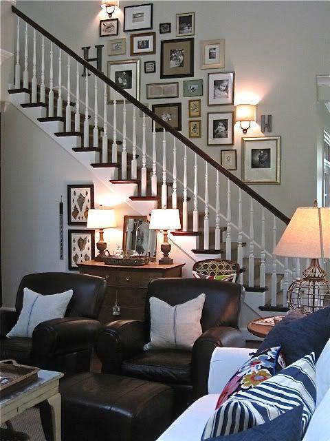 Accrochez vos photos sur le mur des escalier. D'autres idées à découvrir sur notre article !