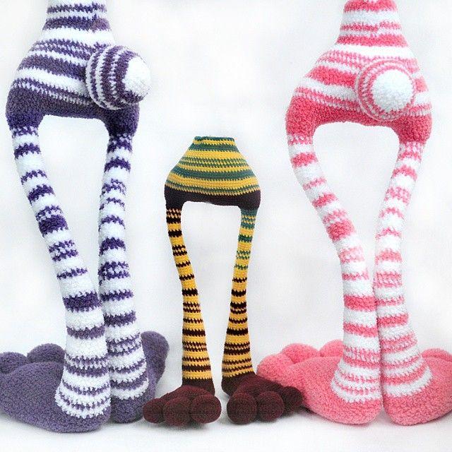 """Третий пристроился. Вот старшие братья обрастая телом уже сами не стоят. А третий и нитка другая и на каркасе. И вот глядя на его """"чулочки"""" имя ему другое придумалось, от девочки одной книжной ))) #weamigurumi  #knitting  #crochet #amigurumi"""