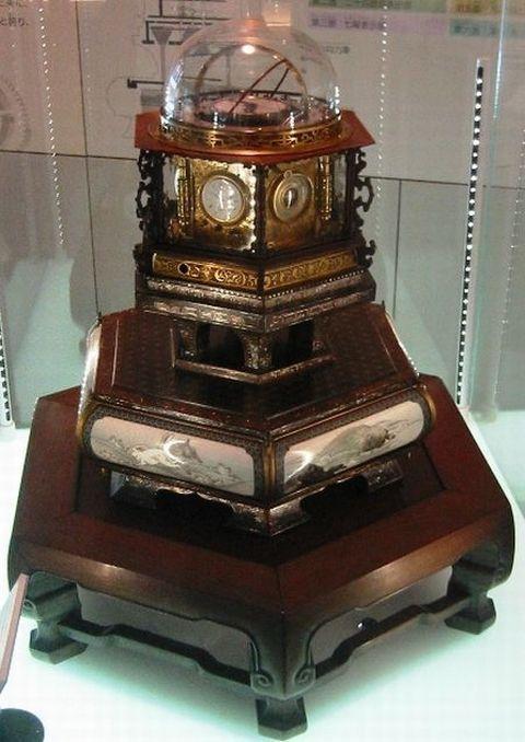 最高傑作と言われているのが、19世紀半ば、田中久重が製作した時計だ。 名前は「万年自鳴鐘」とされ、太陽と月の動きはもちろんのこと、曜日、季節まで確認できる優れた時計だった