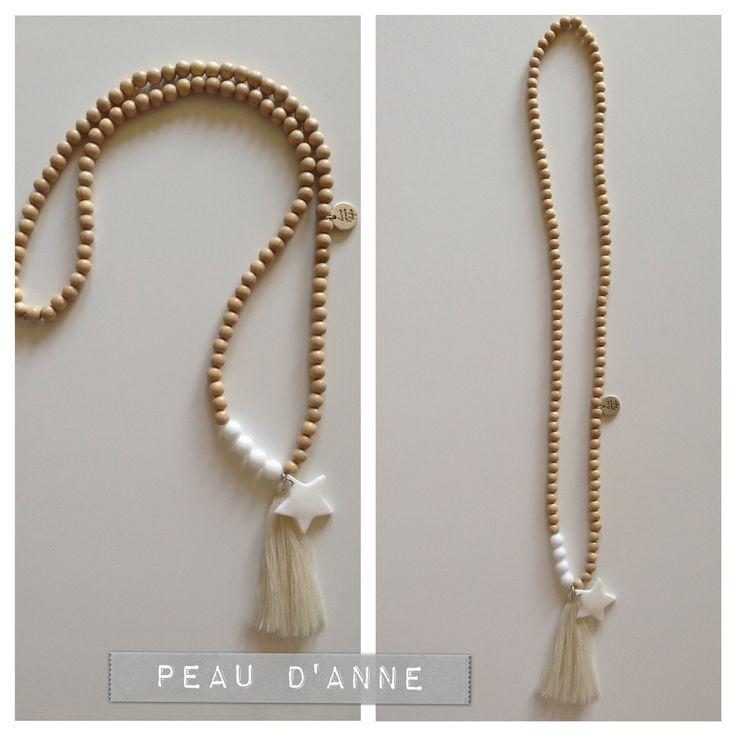 sautoir en perles en bois naturel et pompon beige : Collier par podanebijoux