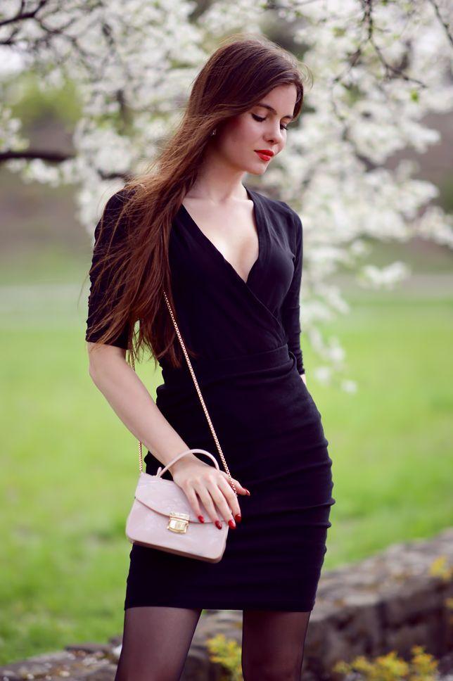 Czarne body z dekoltem, ołówkowa spódniczka, pończochy i beżowa torebka | Ari-Maj / Personal blog by Ariadna Majewska