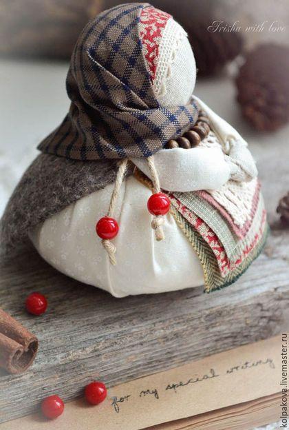Купить или заказать кукла Благополучница ' С любовью.Зима'. в интернет-магазине на Ярмарке Мастеров. Благополучница-для подарка близким и родным к Новом году или Рождеству. Маленькая,очаровательная тряпичная куколка, наполнит дом атмосферой радости и благополучия. Внутри куколки пятирублёвая монетка-для добрых дел. С пожеланием благополучия в Новом году!