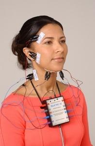 Systém je určen k analýze vibrací temporo-mandibulárního kloubu a zároveň je systémem k sledování mandibuláru pomocí magnetických senzorů.