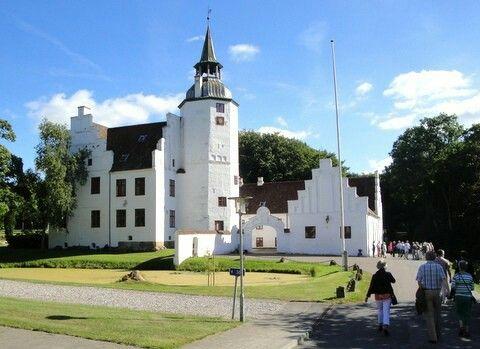 Rydhave Gods og Slot v. Vinderup er idag  Efterskole.