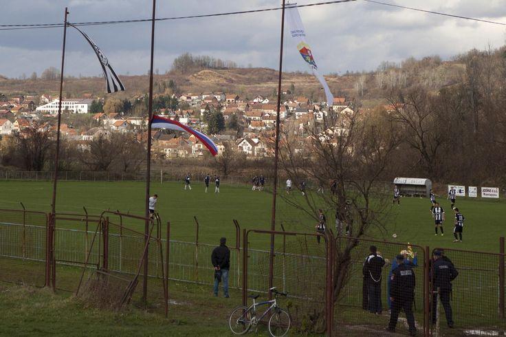 KOSTAJNICA, Bosnia-Herzegovina (AP) — Casi todos los partidos que se juegan en la cancha Kostajnica son internacionales: el campo está dividido entre Croacia y Bosnia desde la disolución de Yugoslavia y los jugadores ahora corren dentro y fuera de la Unión Europea durante el partido.