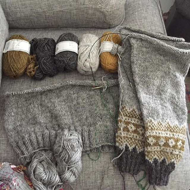 Åskan rullar på i bakgrunden och jag har kurat upp mig i soffan med min #galdhöpiggensweater och en ljudbok. En alldeles perfekt tisdagskväll för en trött och rätt sliten gök. #galdhöpiggensweaterkal #léttlopi #dödergök