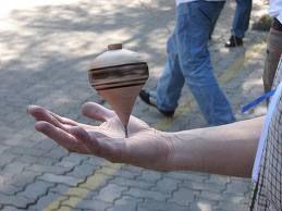 Trompos de diferentes tipos y materiales...en Mexico los de madera se conseguian facilmente en los mercados de artesanias