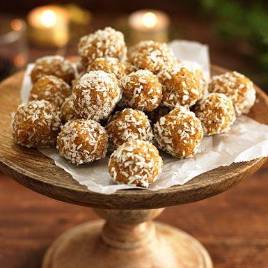 """Fräscht sötsyrliga """"raw bollar"""" med torkade aprikoser, pepparkakskrydda och mandel. Ett smart och lite hälsosammare julgodis eller ett fruktigt alternativ till chokladbollar. Variera vad du rullar aprikosbollarna i, testa hampafrön, sesamfrön eller pistage."""