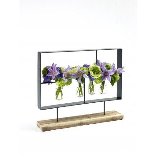 Creeer je eigen schilderij met bloemen in deze bijzondere lijst van Serax. Metalen frame op houten voet, inclusief vier vaasjes. Bloemenschilderij van Serax.