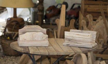 Due pratici portalettere da tavolo in legno d'ulivo, finitura naturale. Disponibili anche in finitura lucida.
