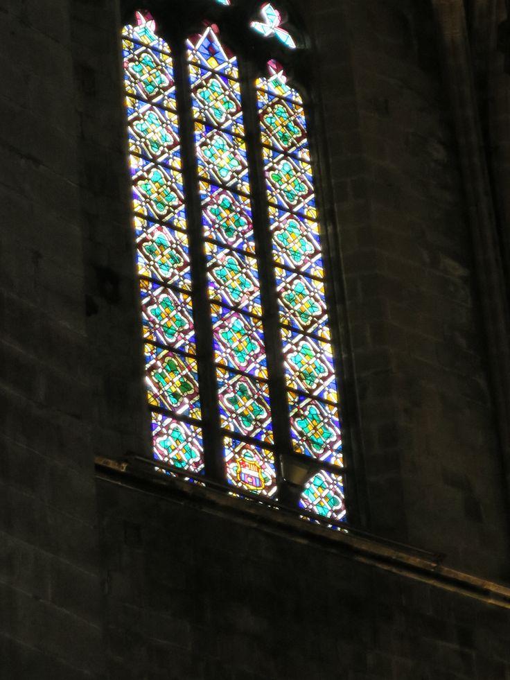 旧市街地にある教会のステンドグラス。 真ん中の列の一番下部分にFCバルセロナのロゴが。FCバルセロナガこのステンドグラスのスポンサーになっているそうです。