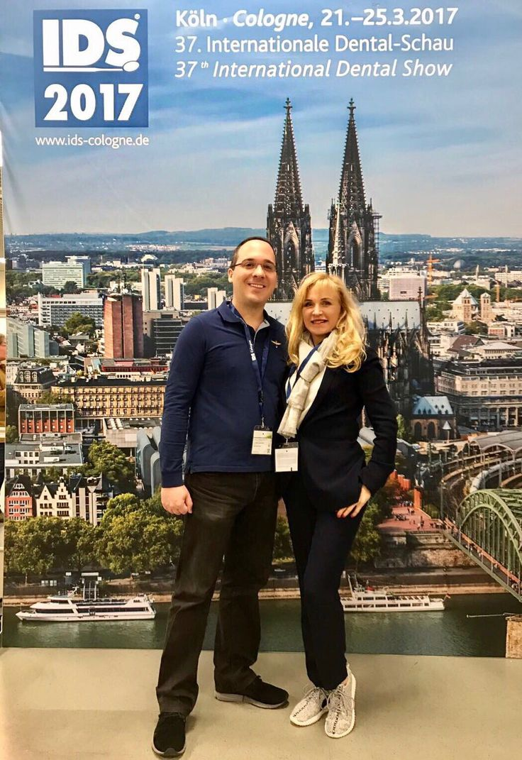 Dr. Michail Skoulatos und Zahnärztin Jelena Kuschel vom DENVITA Dentalzentrum Köln informieren sich auf der IDS über Neuheiten aus der Dentalbranche. #Köln #IDS #Zahnarzt #Dentalshow #Messe #Neuheit #Innovation