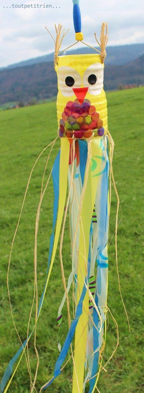 Cerf-volant japonais. Pour le hibou : recyclage bouteille PET + papier transparent pour lanternes collé avec un vernis colle. Pour le fond : raphia + bandes découpées dans un rideau de douche. www.toutpetitrien.ch /fleurysylvie #bricolage #enfant