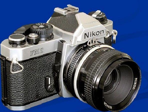 Esta es la nikon FM2 inventada en 1982.la cámara puede alcanzar una velocidad de disparo de un cuarto de milésima de segundo gracias a su obturador mecánico.