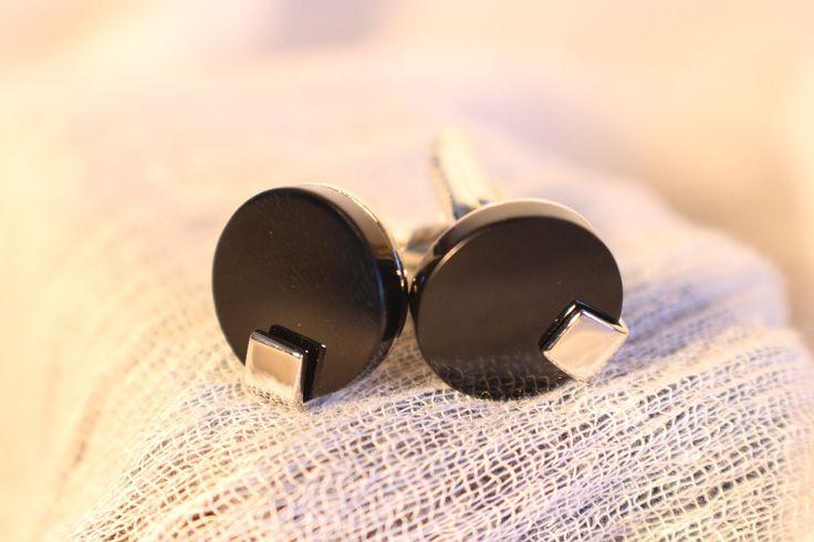 Gemelos para camisa en negro brillo liso y plata.  Más gemelos para camisa en www.manvintage.com