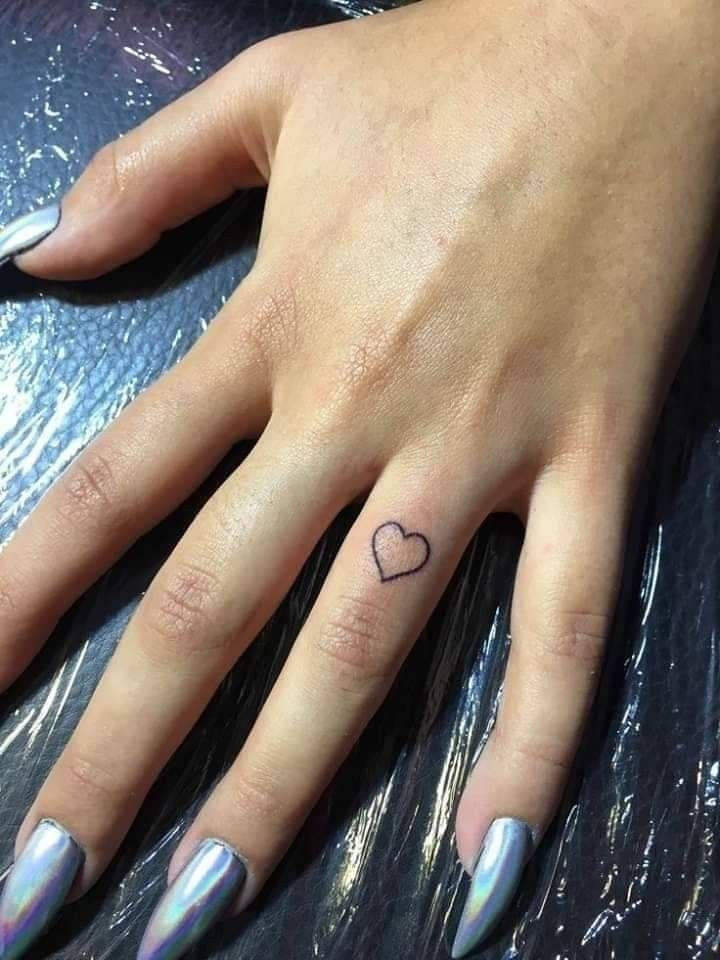 Tatuaje Pequeno En La Mano Dedo Tatuaje Pequeno En La Mano Pequenos Tatuajes De Dedo Tatuajes De Moda