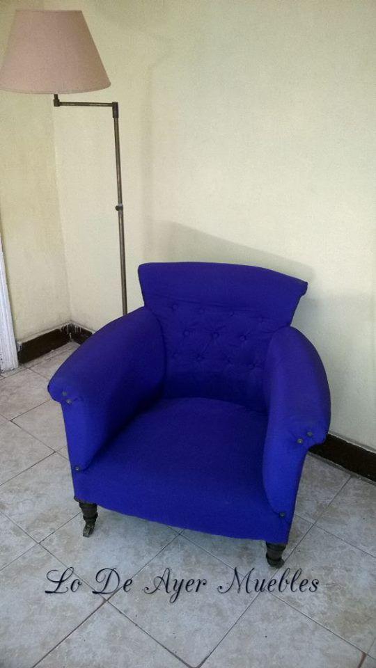 Sillon azul antiguo con ruedas