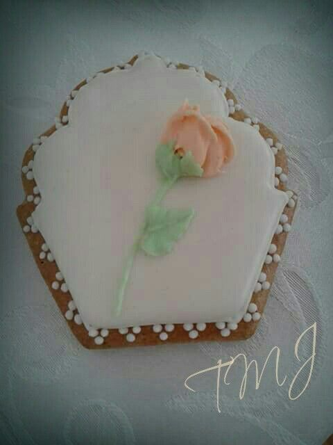 Barack színű rózsával díszítetr mini mézeskalács./ Mini gingerbread cookie decorated with peach colored royal icing rose.